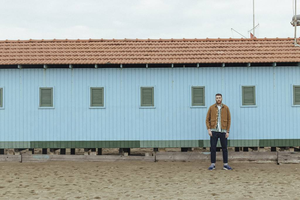 Lungomare Paranoia è il nuovo disco di Mecna, uscito a sorpresa di notte, dopo mesi di teasing sui social.