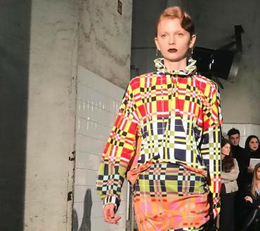 Un mix di eccessi e sobrietà caratterizza il quinto giorno della Milan Fashion Week