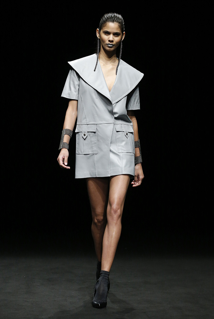 """Pilar del Campo chiama la sua collezione AI 17/18 """"Reflections"""", realizzata seguendo un concetto di abiti """"specchio"""" per far riflettere la società"""