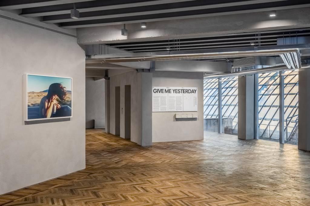 """Immagine della mostra """"Give Me Yesterday"""" Fondazione Prada Osservatorio"""