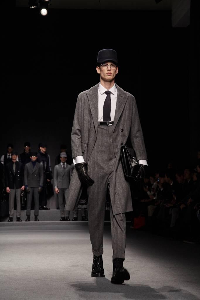 Nato nel 1894 per merito di Simeone Simpson, sarto britannico su misura, Darks London ha presentato la sua collezione durante la fashion week milanese.