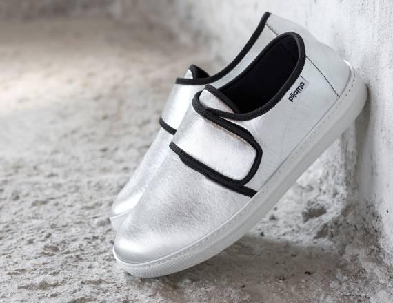 Pijama dopo il successo delle sue softcase per Macbook, iPhone e iPad, curati e originali nei tessuti e nelle texture, crea le sue prime scarpe.