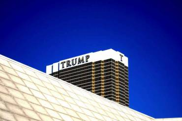 In US elections history, architecture has never been so much in the news… Join us on a Trumpitecture tour. From Las Vegas golden tower to the misfortunes of a cheated architecture firm but also a provocative and tongue-in-cheek pink wall running across the US-Mexican border.