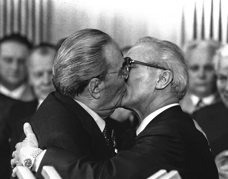 bacio socialista tra Leonid Breznev ed Erich Honecker del 79