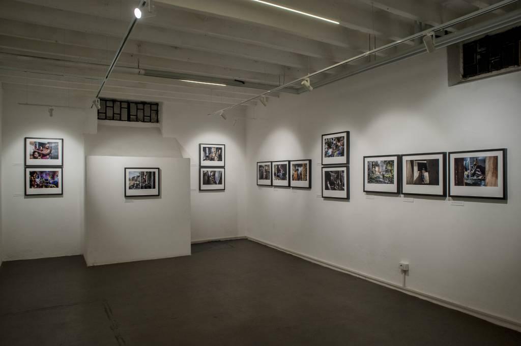 Da anni punto di riferimento per la realtà romana, Officine Fotografiche apre a Milano: associazione che propone formazione, workshop, incontri e mostre per una nuova piazza di scambio sul mondo della fotografia a 360°.