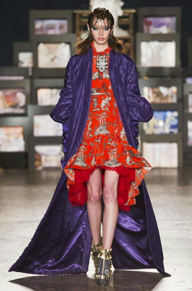 Pellicce colorate, mix-match, frange, paillettes: i vestiti da sera trionfano in passerella.