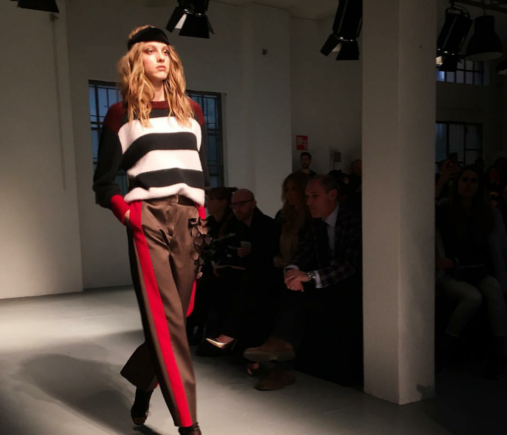 La seconda giornata della Milan fashion week è all'insegna di due grandi must della moda, da sempre contrapposti: il minimalismo e le stampe.