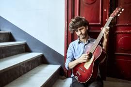 Canzoni per Metà è l'ultimo lavoro del cantautore Dente