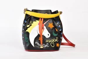 La prima collezione di Alessandro Enriquez: tanti e diversi i modelli proposti, versatili e adatti ad ogni occasione: shopper, clutch, secchielli, bustine.