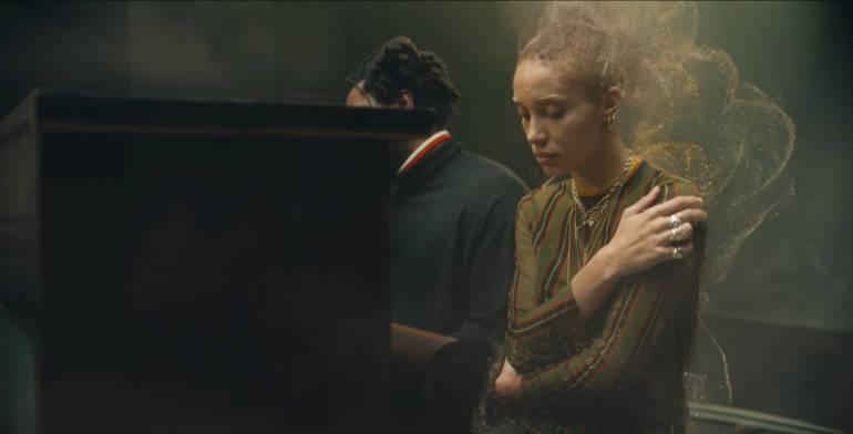 """Il videoclip di """"(No One Knows Me) Like The Piano"""" diretto da Jamie-James Medina, esce in due versioni insostituibili e complementari, una in 2D e una in 360° VR"""
