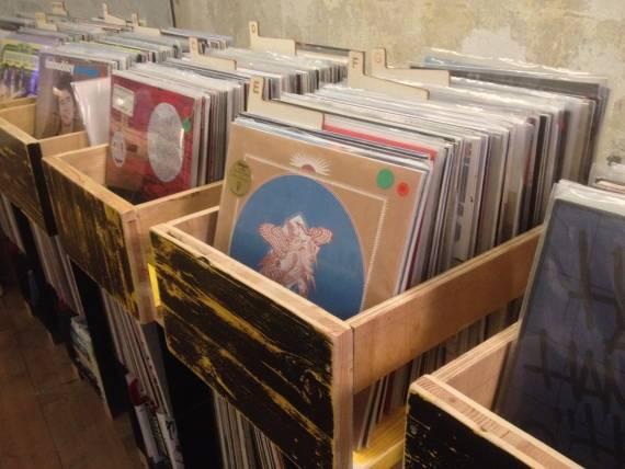 Presente quei negozi di dischi in cui entri e ti senti subito libero di chiedere consiglio? Ecco Volume è proprio uno di questi.