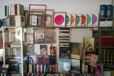 Una libreria senza elettricità né telefono, che non si pubblicizza, che non ha profili social e che è aperta solo nelle ore del giorno in cui c'è il sole: